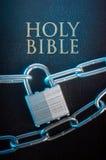 Bibel schloß mit einer Kettenverriegelung lizenzfreies stockbild