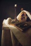 Bibel, skalle, stearinljus som symbolet för liv, död och uppståndelse Arkivbild