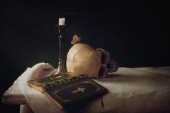 Bibel, skalle, stearinljus som symbolet för liv, död och uppståndelse Royaltyfria Bilder