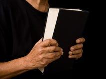 bibel som rymmer den gammala kvinnan Arkivfoto