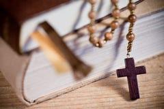Bibel und altes hölzernes Rosenbeet Stockfotografie