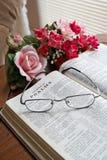Bibel und Blumen stockbilder