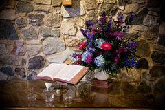 Bibel und Blumen auf Tabelle Stockbild
