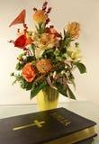 Bibel und Blumen auf Tabelle Lizenzfreie Stockfotos