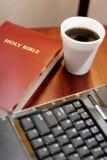 Bibel und Computer Stockbild