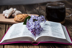 Bibel und Kaffee Stockfotos
