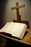 Bibel und Kreuz Stockfoto