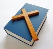 Bibel und Kreuz Lizenzfreie Stockfotos