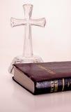 Bibel und Kreuz Lizenzfreies Stockbild