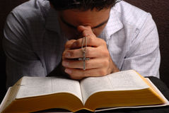 Bibel und Kreuz lizenzfreies stockfoto