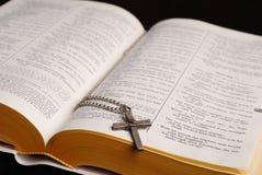 Bibel und Kreuz Lizenzfreie Stockfotografie
