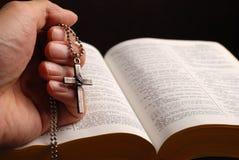 Bibel und Kreuz Stockfotografie