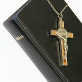 Bibel und Kruzifix Stockbild