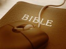 Bibel und Maus - nahes hohes Stockfoto