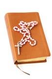 Bibel und Rosenbeet stockbilder