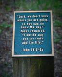 Bibel-Vers-Plakette auf Stumpf Stockfotografie