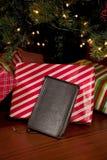 Bibel vor einem Weihnachtsbaum lizenzfreie stockfotos