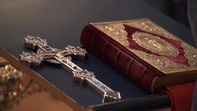 Bibelbok i kyrka stock video