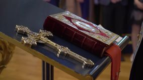 Bibelbok i kyrka lager videofilmer