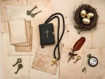 Bibelbuch, Ostern, Eier, goldenes Kreuz, alte Papiere Lizenzfreie Stockfotografie