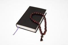 Bibelbuch und -rosenbeet auf Weiß Stockbild