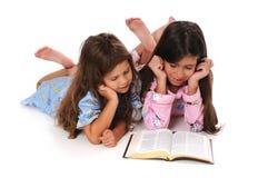 bibelflickor som läser barn Royaltyfri Bild