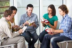 Bibelgrupp som tillsammans läser royaltyfria bilder