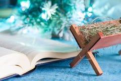 Bibelkrubba- och infödingplatsen gör sammandrag julbakgrundsbegrepp arkivfoton