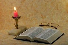 Bibeln är en samling av sakrala forntida texter av kristen fotografering för bildbyråer