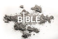 Bibelord som är skriftligt i aska-, damm- och korsteckning som religion, a fotografering för bildbyråer
