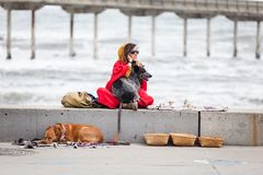 Bibelots et pierres gemmes de jeune femme et de vente de chiens Images stock