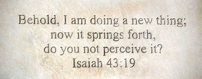 Bibelzitat graviert in Steinwand Jesaja-49:9 stockbild
