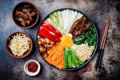 Bibimbap, παραδοσιακό κορεατικό πιάτο, ρύζι με τα λαχανικά και βόειο κρέας Στοκ Εικόνες