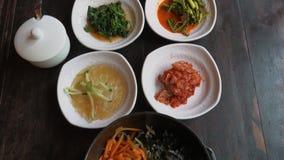Bibimbap coréen traditionnel de plat servi avec de petites garnitures Clled Banchan Cuisine authentique asiatique clips vidéos