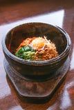 Bibimbap in einer erhitzten Steinschüssel, koreanisches Lebensmittel Stockbilder