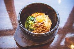 Bibimbap in einer erhitzten Steinschüssel, koreanisches Lebensmittel Stockfotos