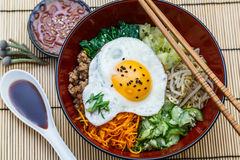 Bibimbap em uma bacia, opinião superior do prato coreano imagens de stock royalty free