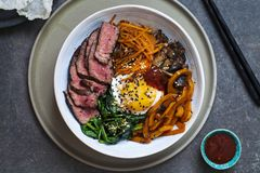 Bibimbap, koreanskt nötkött och grönsaker royaltyfri foto