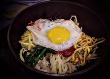 Bibimbap, nourriture traditionnelle coréenne dans le pot en pierre chaud photos stock
