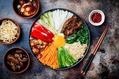 Bibimbap, traditionele Koreaanse schotel, rijst met groenten en rundvlees Royalty-vrije Stock Foto's