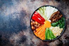 Bibimbap, traditionele Koreaanse schotel, rijst met groenten en rundvlees Royalty-vrije Stock Afbeeldingen