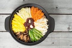 Bibimbap vegetariano in un vaso di argilla immagine stock