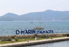 Bibinie, D-marina, Croatie - septembre 9 2018 : Logo à l'etnrance dans la marina méditerranéenne près de la ville de Sukosan Le f photo libre de droits