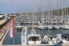 Bibinie Sukoshan, Croacia - de sept. el 2 de 2018: Muchos navegaci?n y los yates del motor amarraron en el D-puerto deportivo Dal imagen de archivo libre de regalías