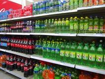 Bibite analcoliche e bevande in supermercato Fotografie Stock
