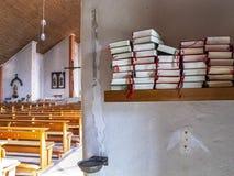 Biblar på en hylla i det nytt vår dam Church i Schoenecken, Tyskland arkivbild