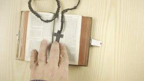 Bible au-dessus du coeur de croix lent banque de vidéos