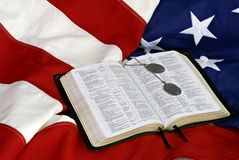 Bible avec des étiquettes de crabot sur l'indicateur des USA Images stock