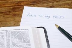 Bible avec des notes d'étude de bible Photographie stock libre de droits