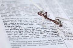Bible avec le texte dans le 16:6 de repère - il s'est levé photo stock